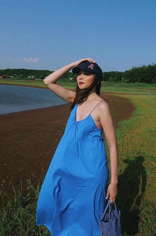 Model Thanh Hang dons a sky blue dress for her trip.
