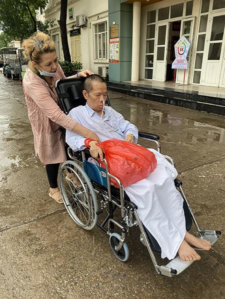 Svetlana Nguyen and her paralyzed husband, Nguyen Van Thang, at a hospital in Hanoi. Photo courtesy of Suzana Nguyen.