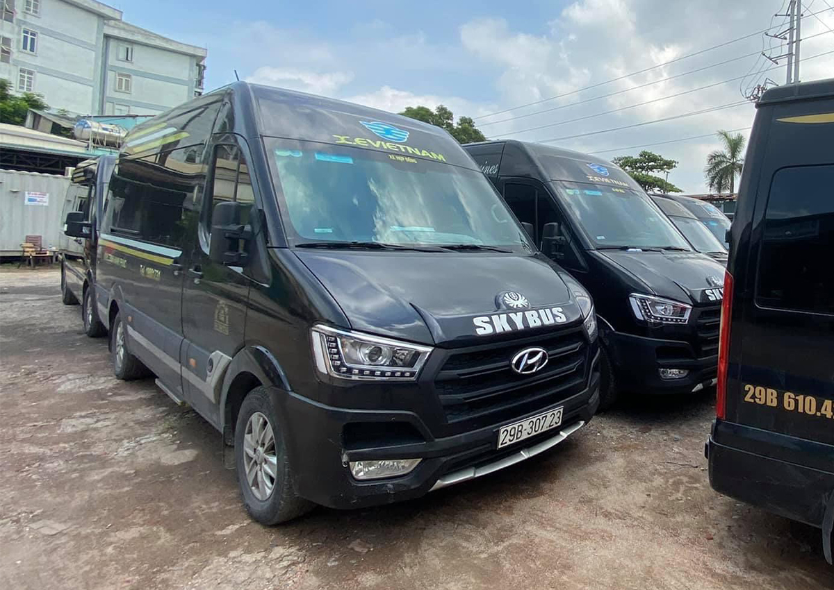 Dozens of X.E Vietnam vans are left unused at a parking lot due to low demand amid the Covid-19 pandemic. Photo by VnExpress/Anh Duy.