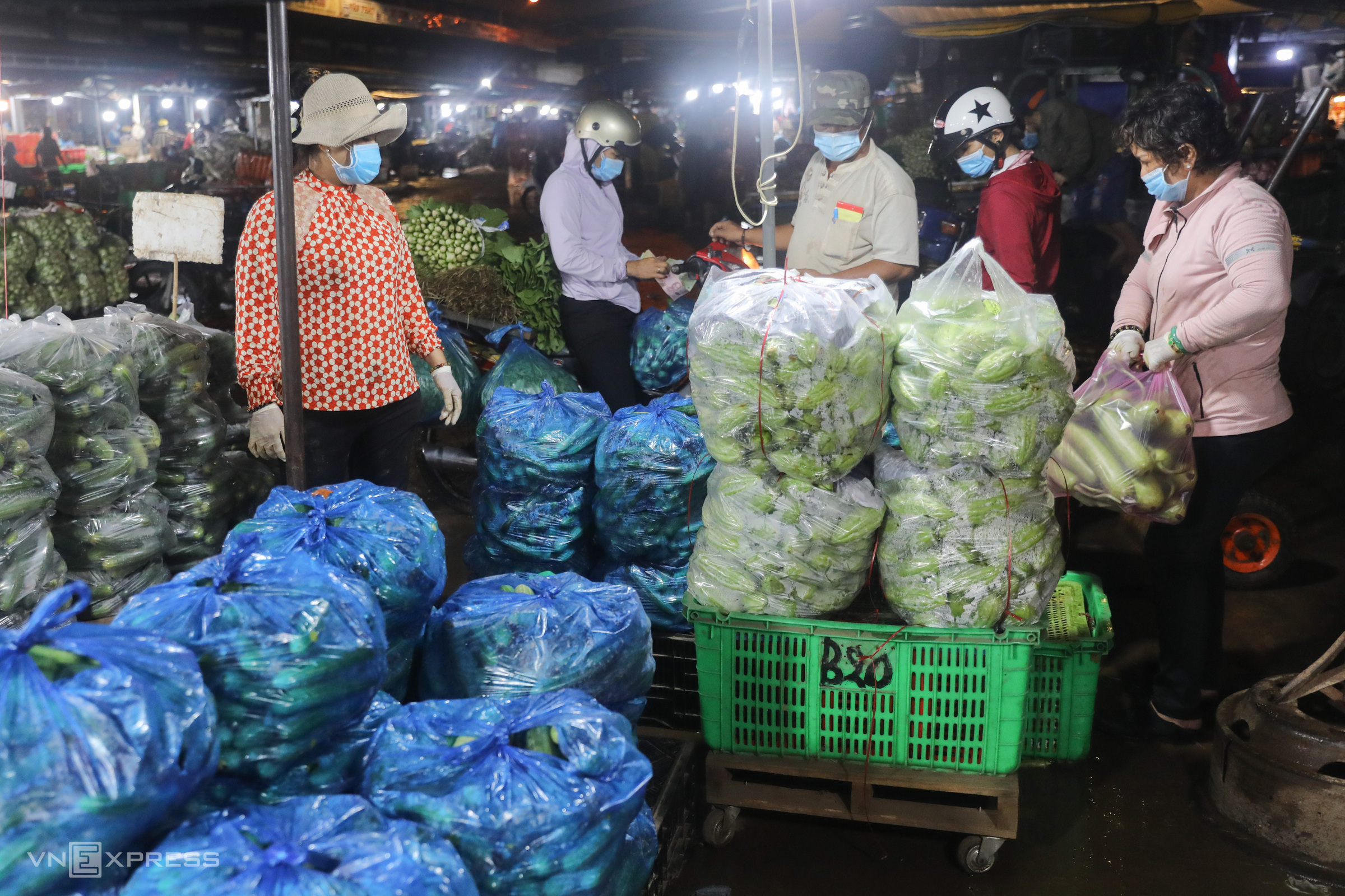 Vendors evict HCMC wholesale market in a hurry as Covid strikes
