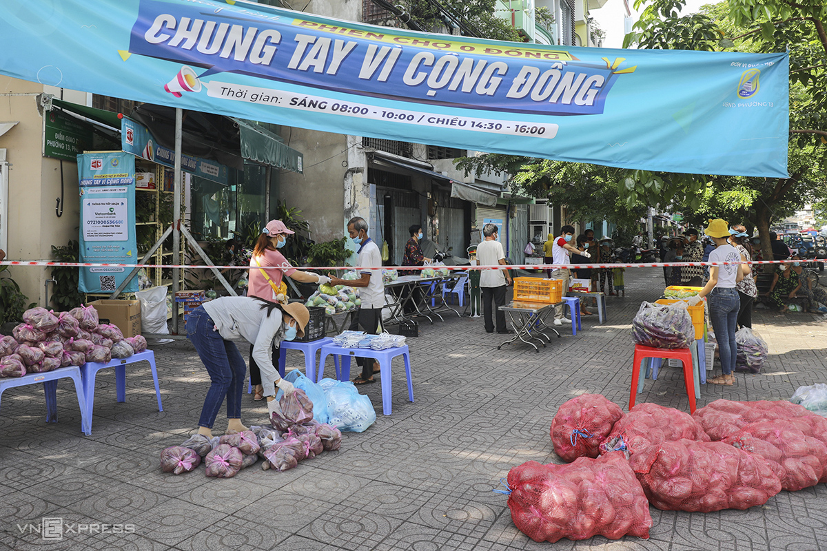 A zero dong market has been open for around one week at the corner of Le Van Linh and Nguyen Tat Thanh streets in District 4. Funded by different sources, the market is operated by local authorities and volunteers, providing different types of food items to the needy.