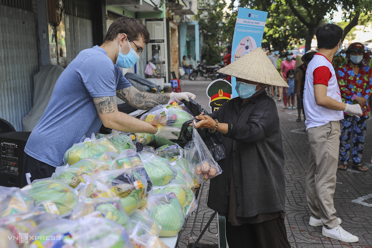 McClain from the U.S. said a friend suggested that he joins the volunteer team at the market. Seeing how joyful people are when receiving the free goods, he also feels happy, McClain said.