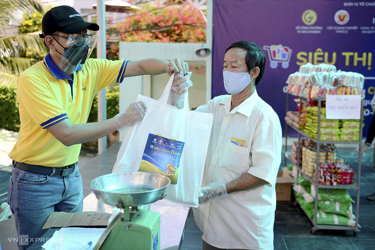 A staff collects the coupon and makes sure each person picks up goods worth VND200,000.This supermarket expects to give out 600 coupons for 200 families in HiepBinh Phuoc Ward.