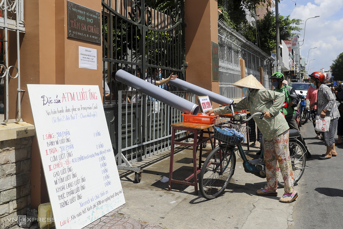 Over the past week, members of Tan Sa Chau Church in Tan Binh District have installed plastic tubes to provide free meals to the poor. Every day, 1,000 meals are sent over the tubes and people can pick them up from outside the church, helping maintain distance and prevent the spread of the novel coronavirus.
