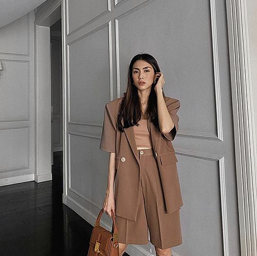 In the series of beauties wearing summer blazers, Tang Thanh Has simple but effective way of dressing is praised the most. A ton-sur-ton sleeveless blazer and wide-leg shorts bring a youthful, sexy but still elegant style.