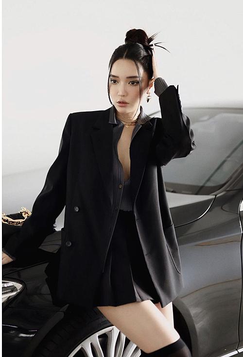 Singer Bich Phuong shows off her beautyin a black shirt with an oversized black blazer andblack tennis skirt.