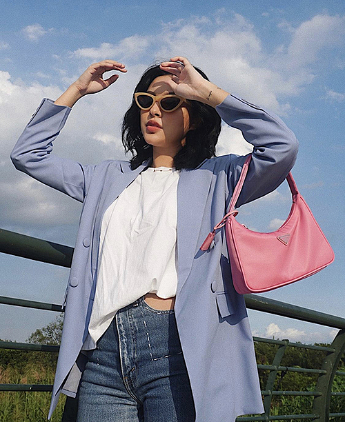 Tu Hao mixes colors sweetly with a blue jacket with a monochrome t-shirt, pink Prada bag and skinny jeans.