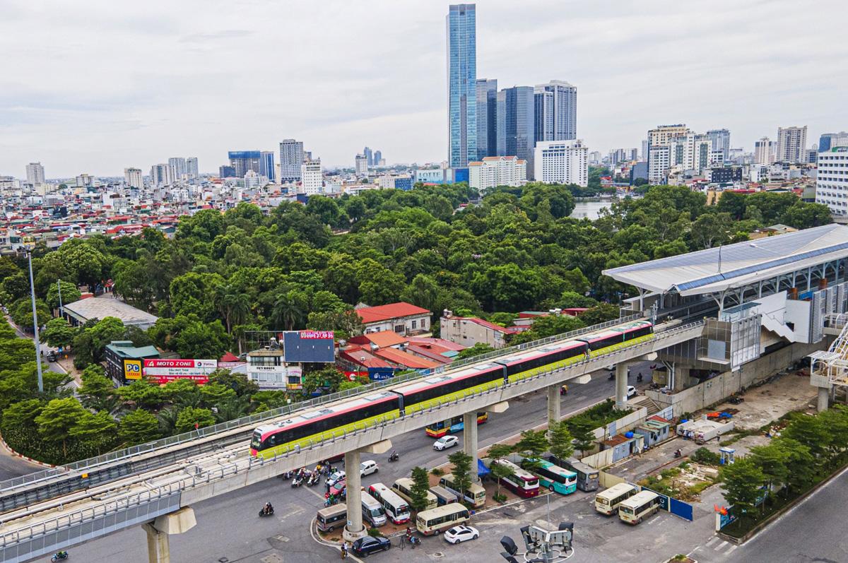 Hanoi's second metro line runs train on elevated section
