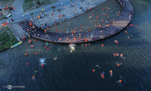 Hue residents flock to Perfume River to beat the heat
