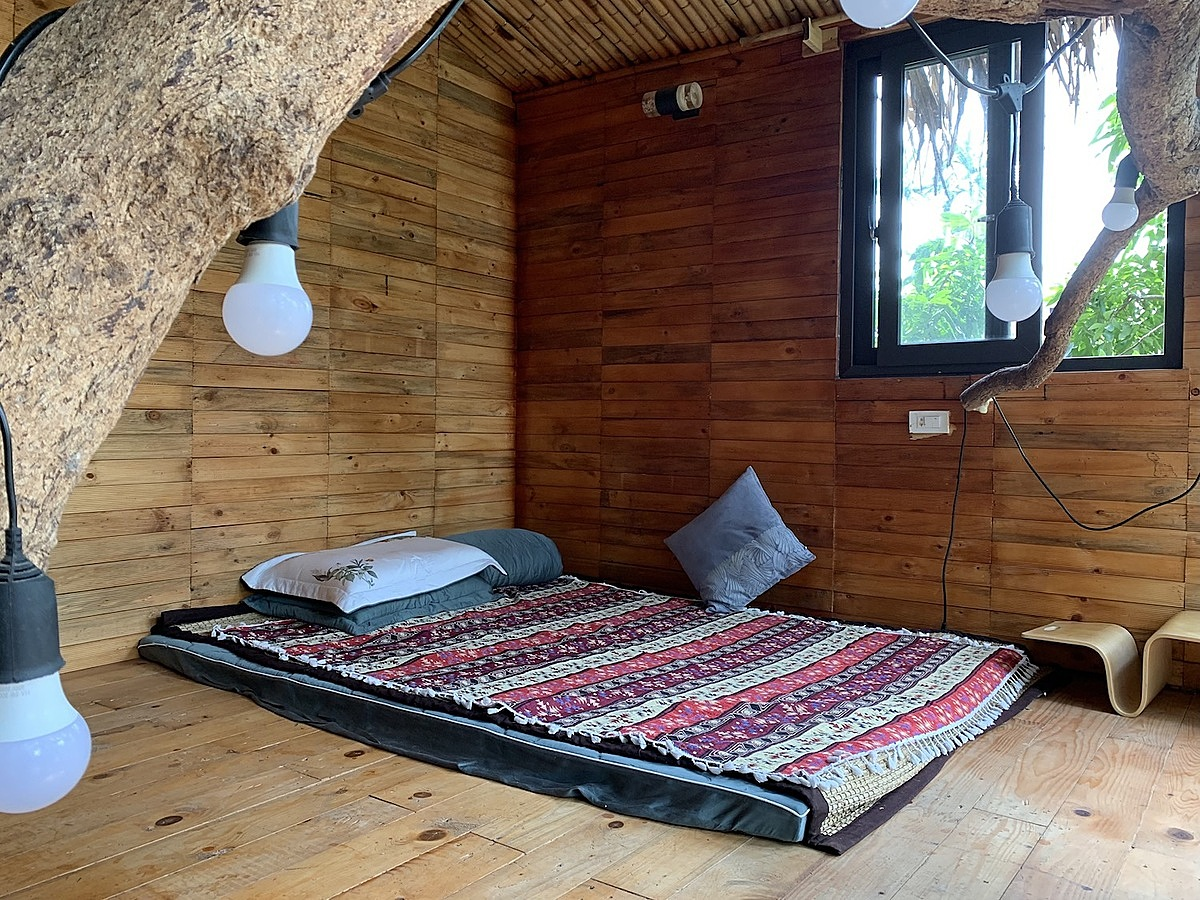 Inside, the space is clad in pine and cork wood to create a rustic and cozy feeling.