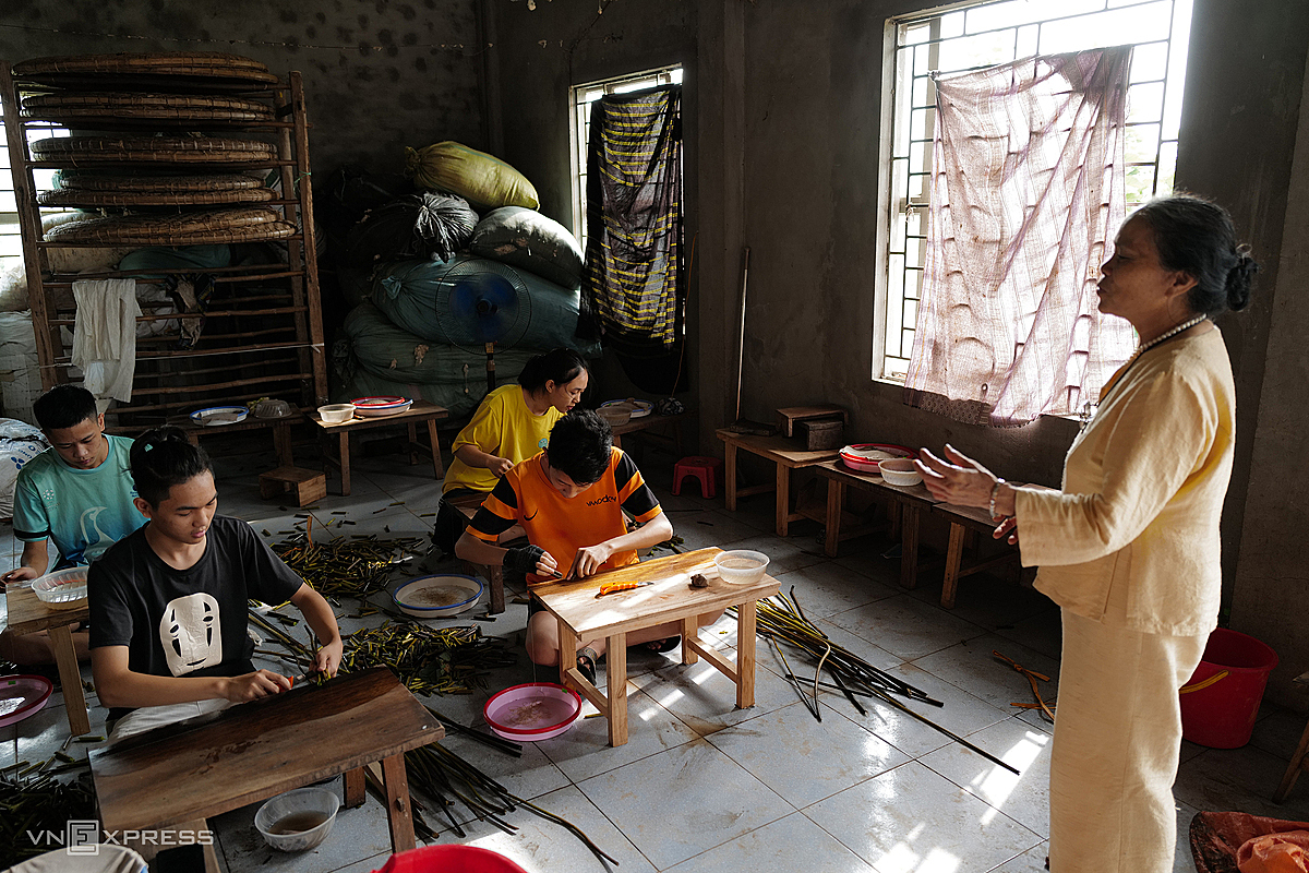 During the summer hundreds of students from within and outside the district come to Thuan's house for free lessons in how to spin and make silk from lotus stems.   Extracting silk from lotus stalks originated in Myanmar more than 100 years ago. In Vietnam, Thuan is considered the pioneer.