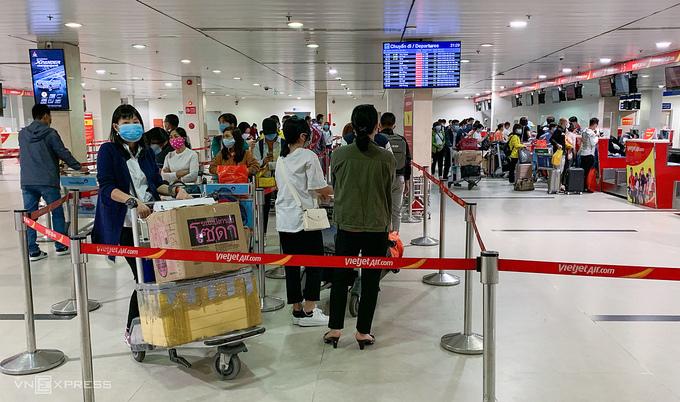 Daily passenger quota set for HCMC-Hanoi flights on Covid fears