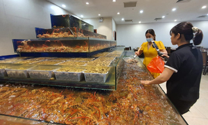 Hanoi buffet restaurants sell seafood online before closing down