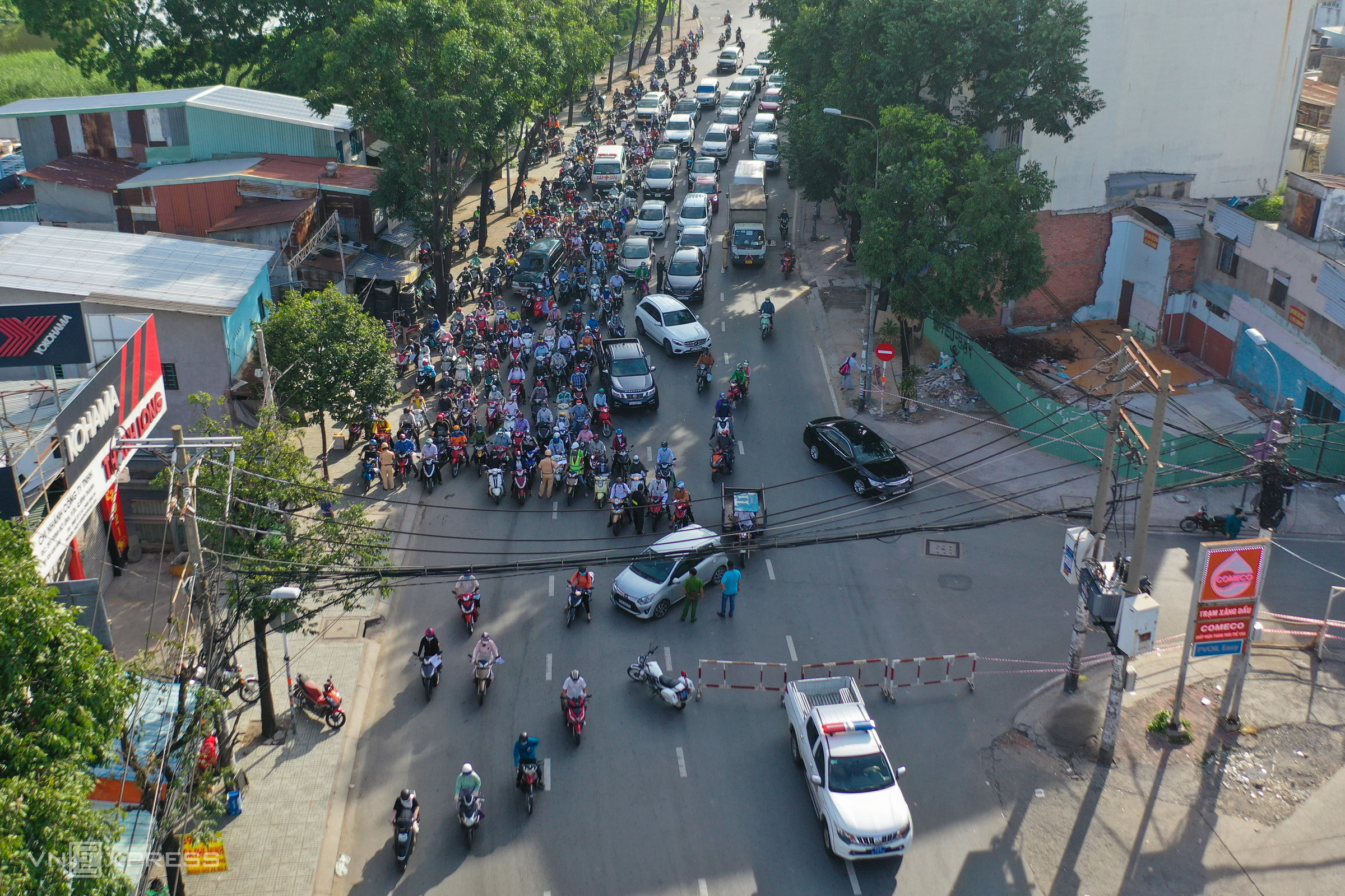 Covid checkpoints paralyze HCMC traffic
