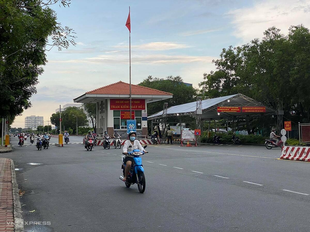 The road leading to the Tan Thuan Export Processing Zone in HCMC is deserted during rush hour. Photo by VnExpress/Tat Dat.