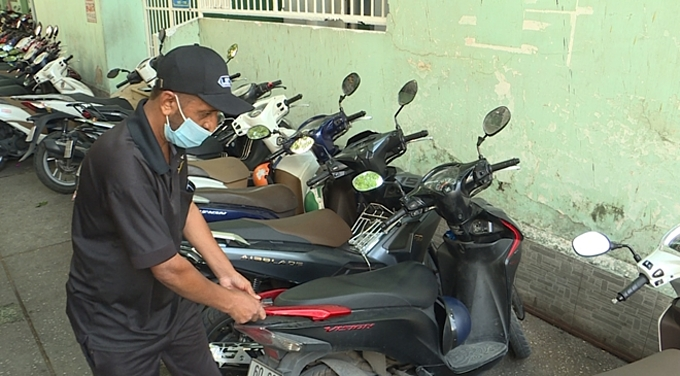 Jagir Singh walks a motorbike at the corner of Tran Hung Dao and Tran Dinh Xu streets in HCMCs District 1, 2020. Photo courtesy of Tran Thien Phuong.