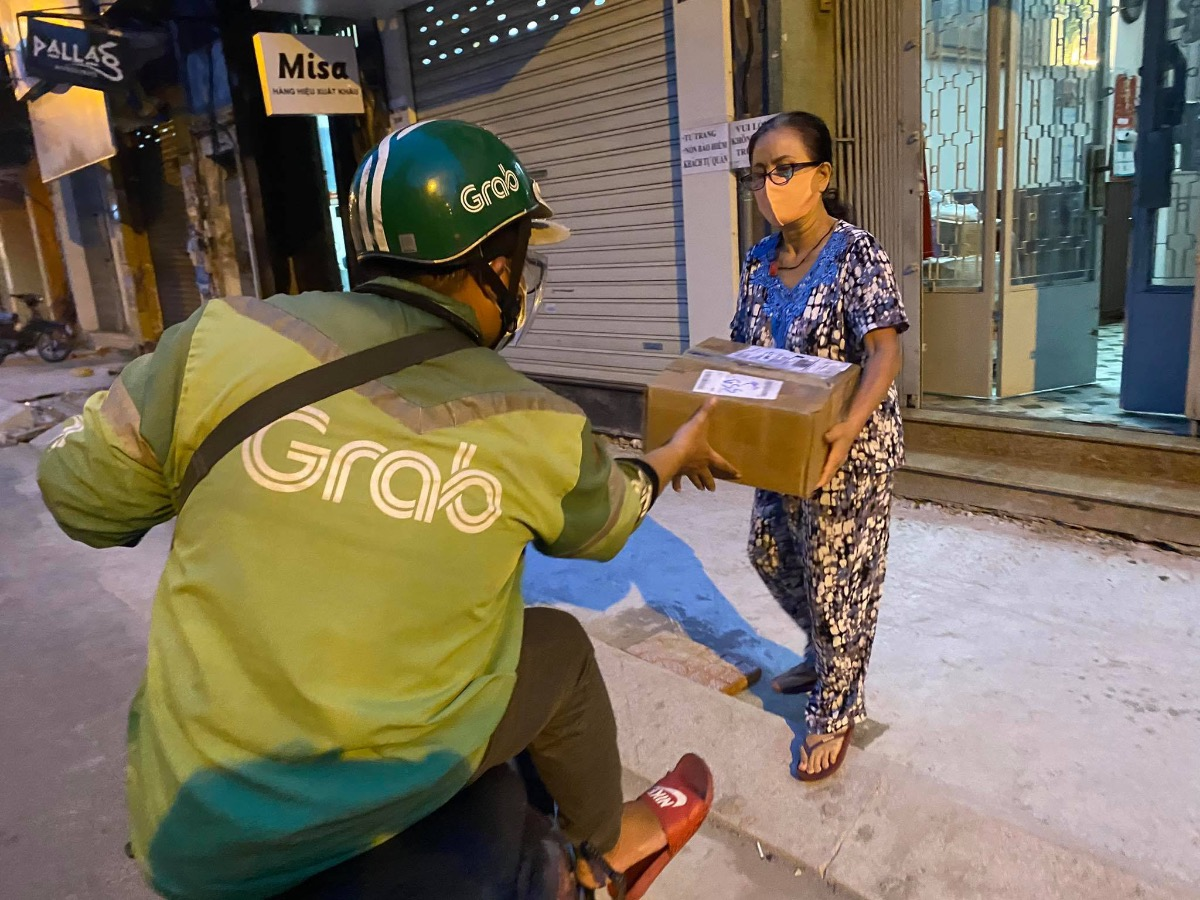 Nam Tien, a delivery driver, picks up a parcel for delivery in HCMCs District 3, July 13, 2021. Photo by VnExpress/Dang Khoa.