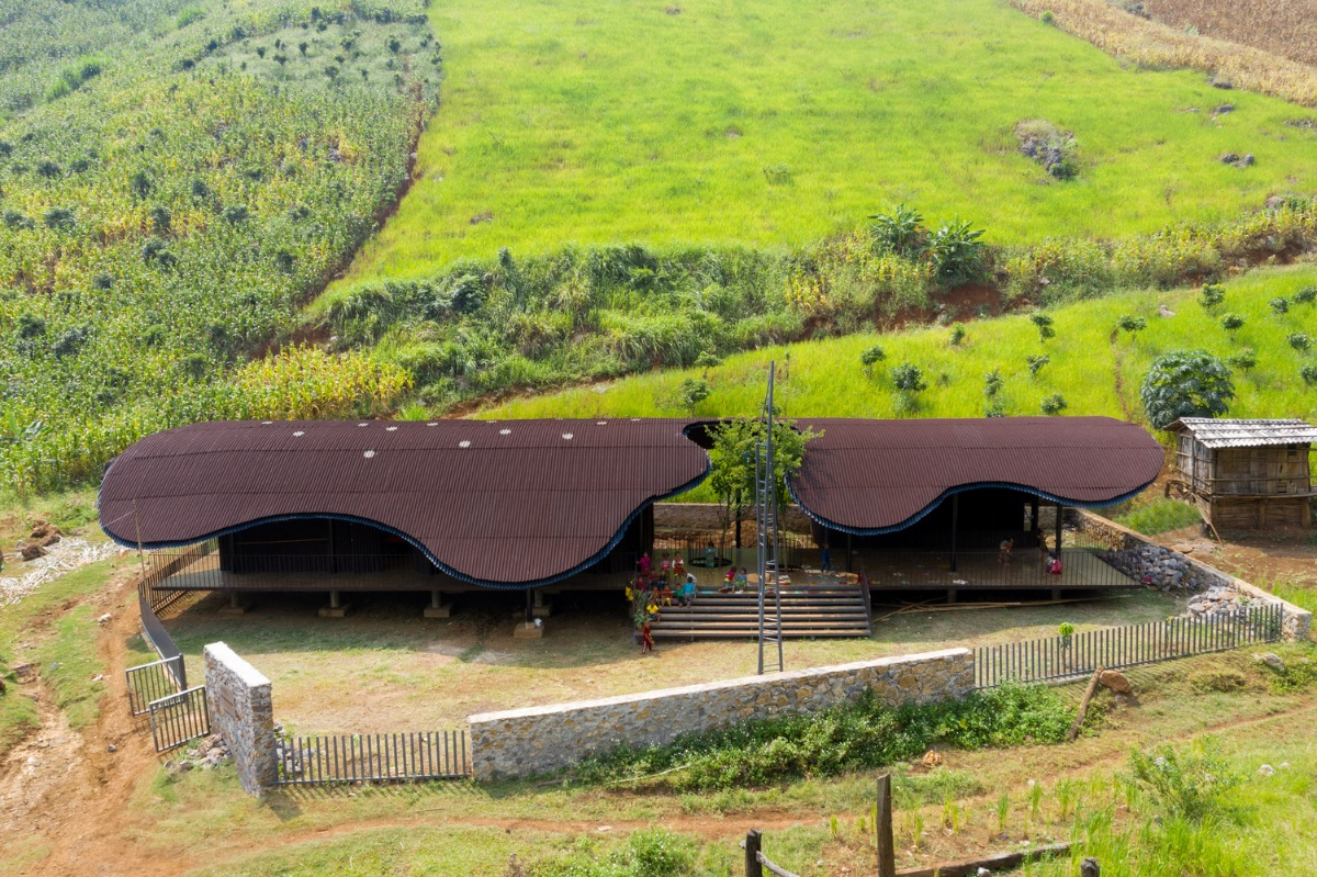 Bo Mon Preschool won the Jury Award in the Kindergarten section. Designed by Kien Truc O, an architecture firm in Ho Chi Minh City, Bo Mon Preschool sits among the indefinite mountains and hills of Tu Nang Commune, Yen Chau District, northern Son La Province.