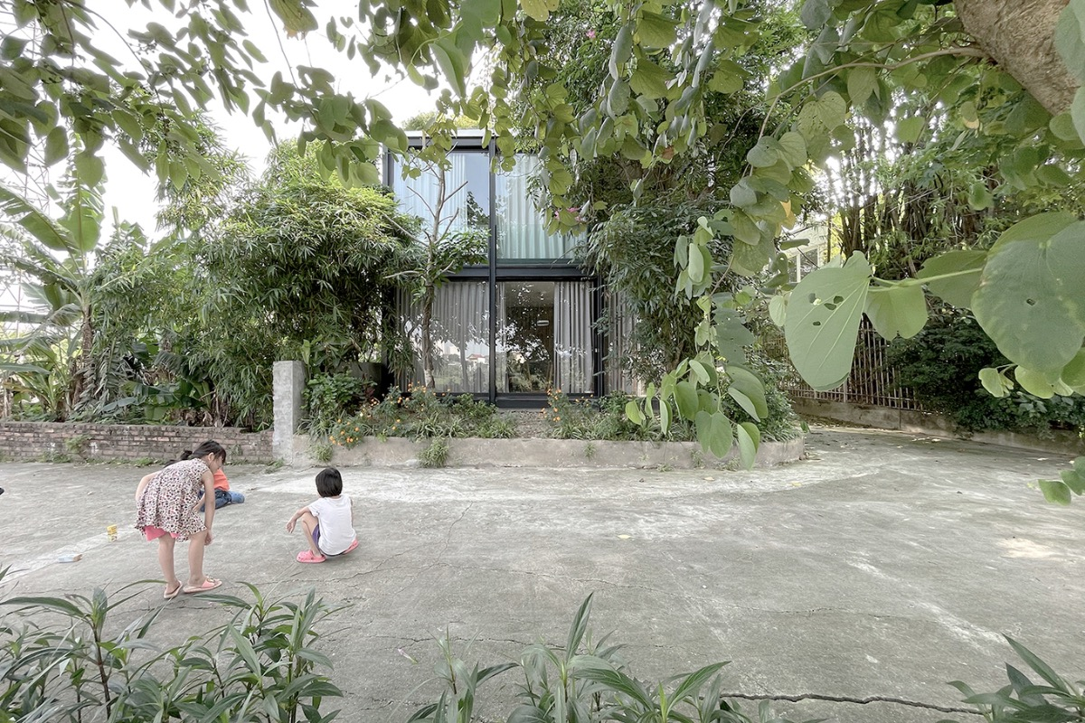 Located on the riverbank, the 64-meter-square house stands out in the neighborhood thanks to its transparency and outdoor plants. Initially, homeowners wanted to build a house without hurting the garden on the plot, so they decided to use glass wall to erase the boundaries between the inside and outside.