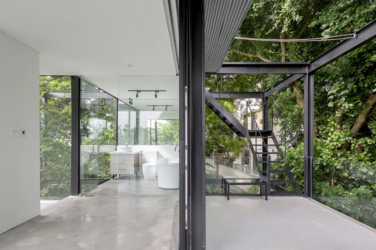The plants act as the outer skin for the house. Thanks to the river wind and the free sliding wall system, the house always has optimal air circulation.