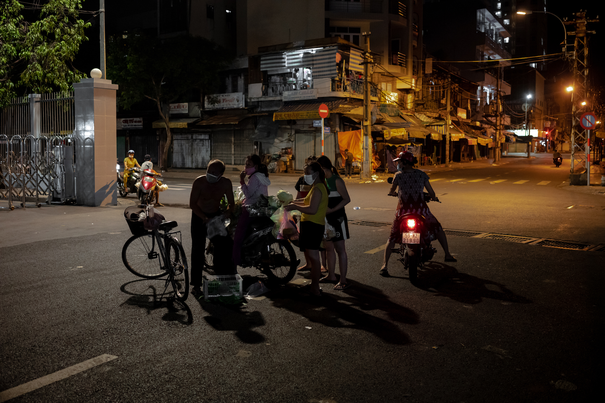 Saigonese try to survive new Covid-19 outbreak