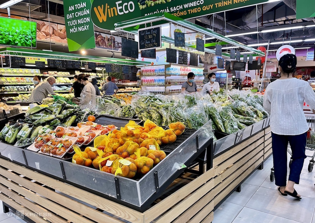 Fresh vegetables and fruits aplenty in Hanoi supermarkets in the morning of July 19, 2021. Photo by VnExpress/Quynh Trang.