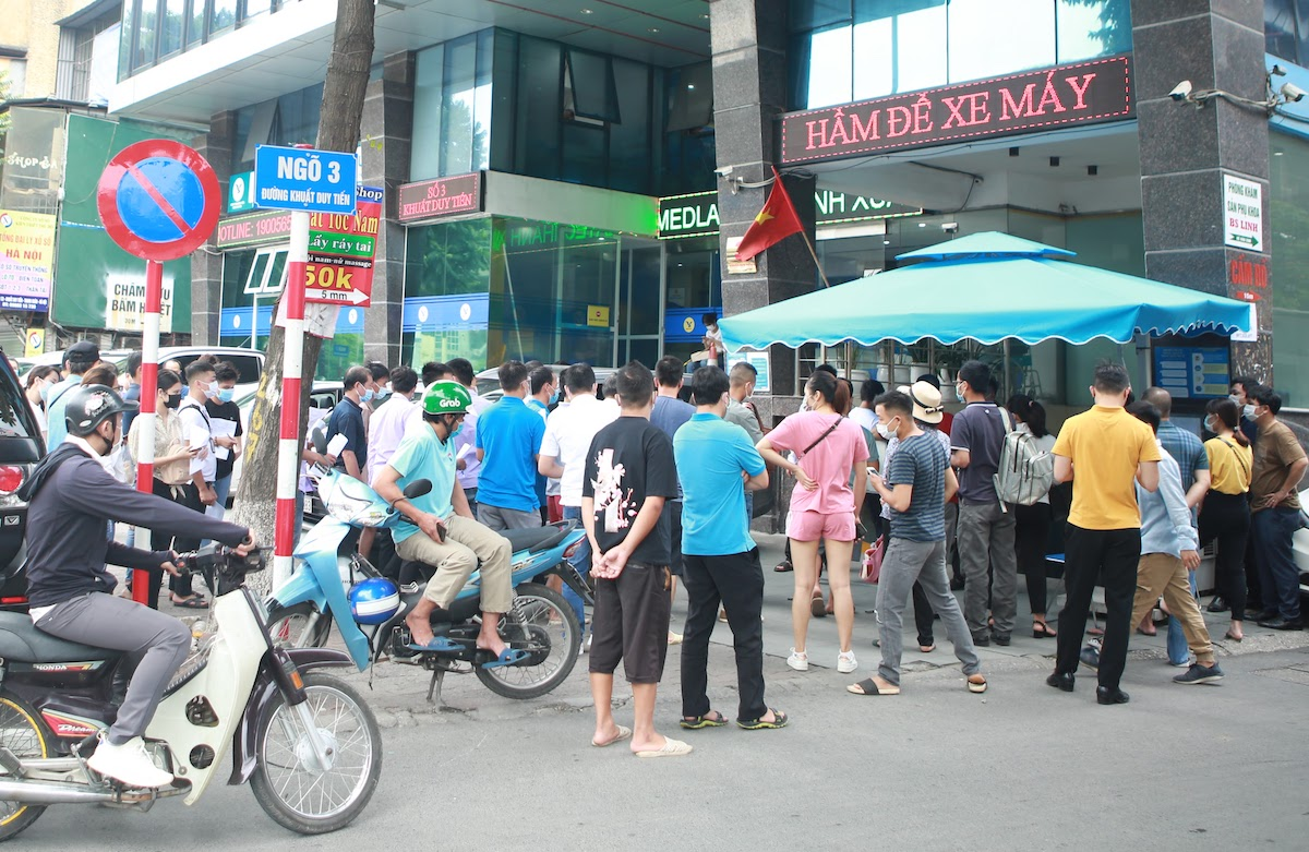 People gather in front of the Medlatec General Hospital in Hanois Thanh Xuan District for their coronavirus tests, July 21, 2021. Photo by VnExpress.
