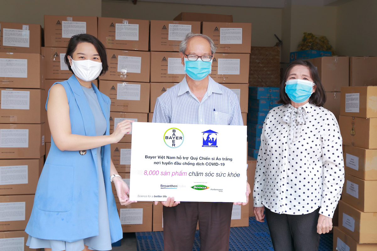 The Ho Chi Minh City Center for Disease Control received 8,000 self-care products from Bayer Vietnam and the Womens Charity Association of Ho Chi Minh City. Photo by: Bayer Vietnam