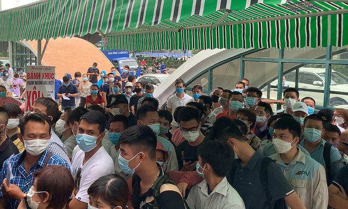 Mayhem as Hanoians flood Covid test sites