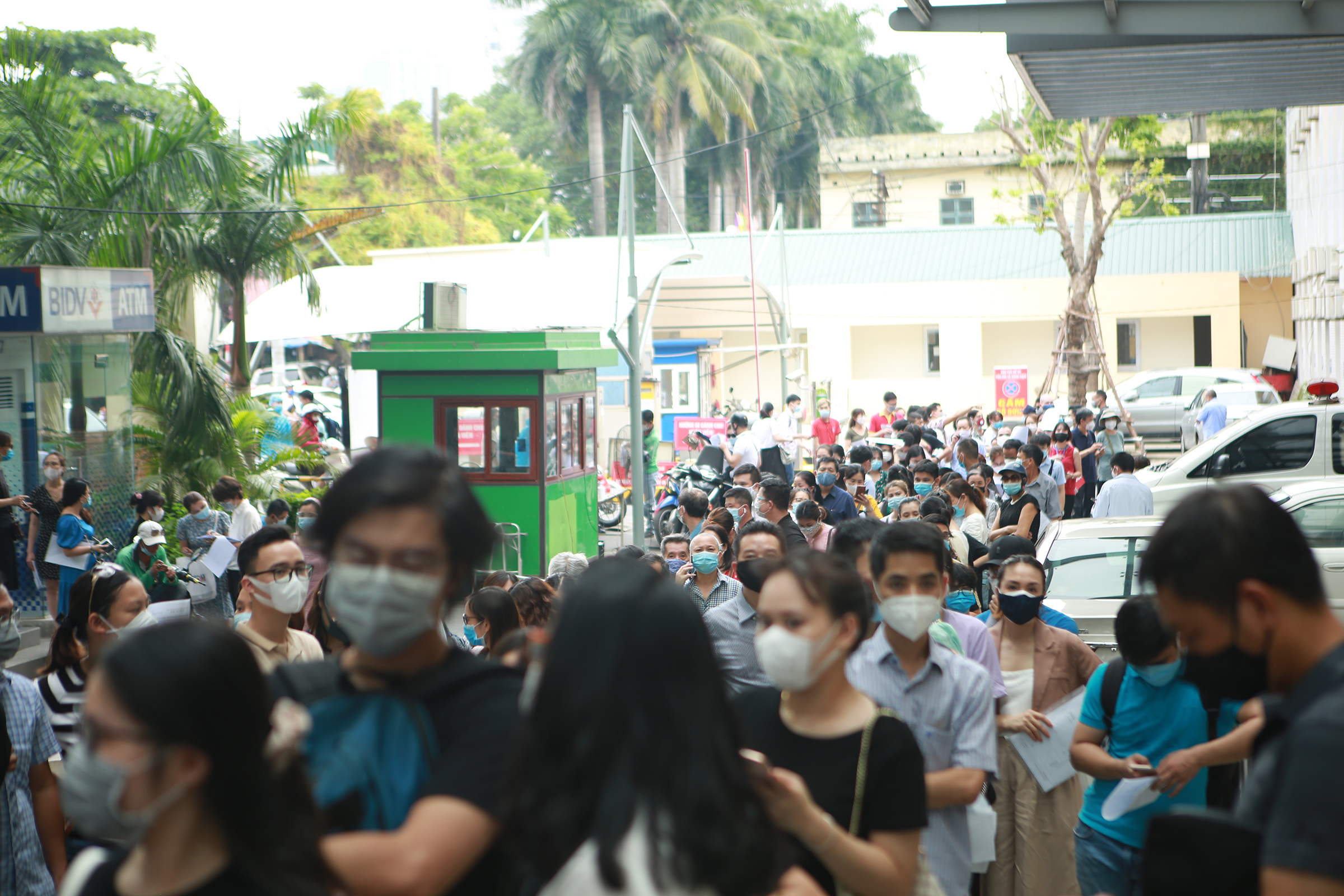Hanoi hospital suspends Covid vaccination after overcrowding