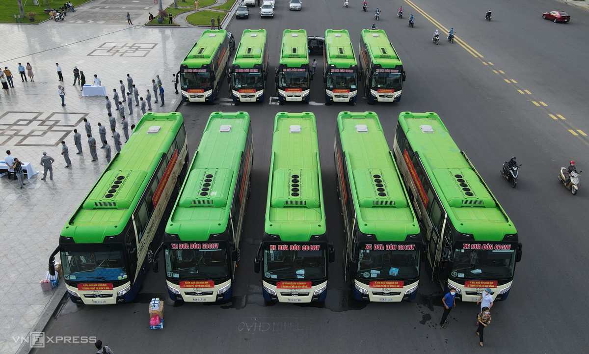 Buses from central Quang Nam Province travel to HCMC to pick up those who want to return to the province, July 21, 2021. Photo by VnExpress/Dac Thanh.