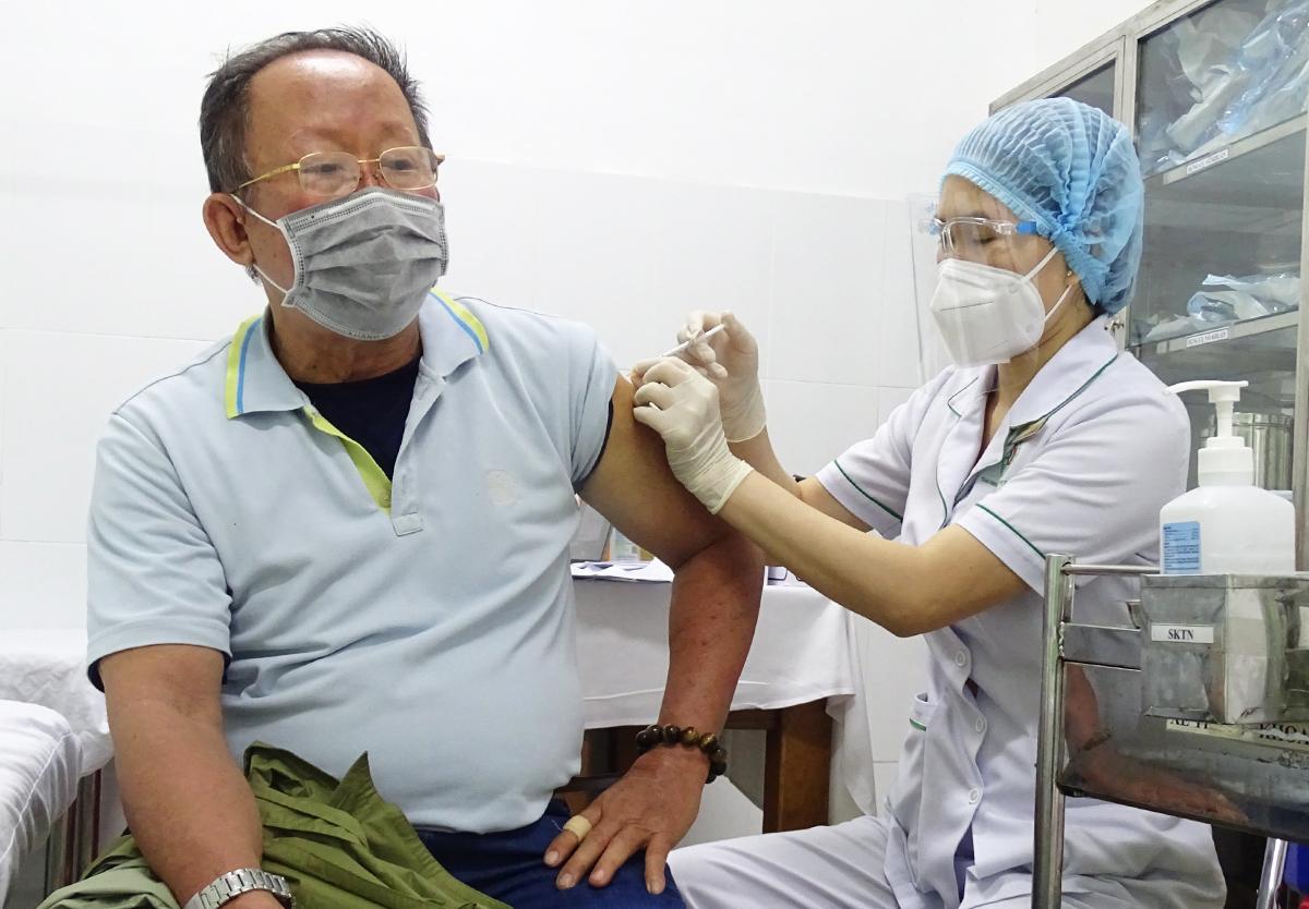 HCMC resident Hong Minh Hai, 72, receives a Covid-19 vaccine shot at a hospital in Thu Duc City, July 22, 2021. Photo by VnExpress/Ha An.