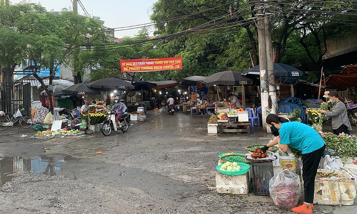 Tan Xuan Market opens in early morning, July 24, 2021.