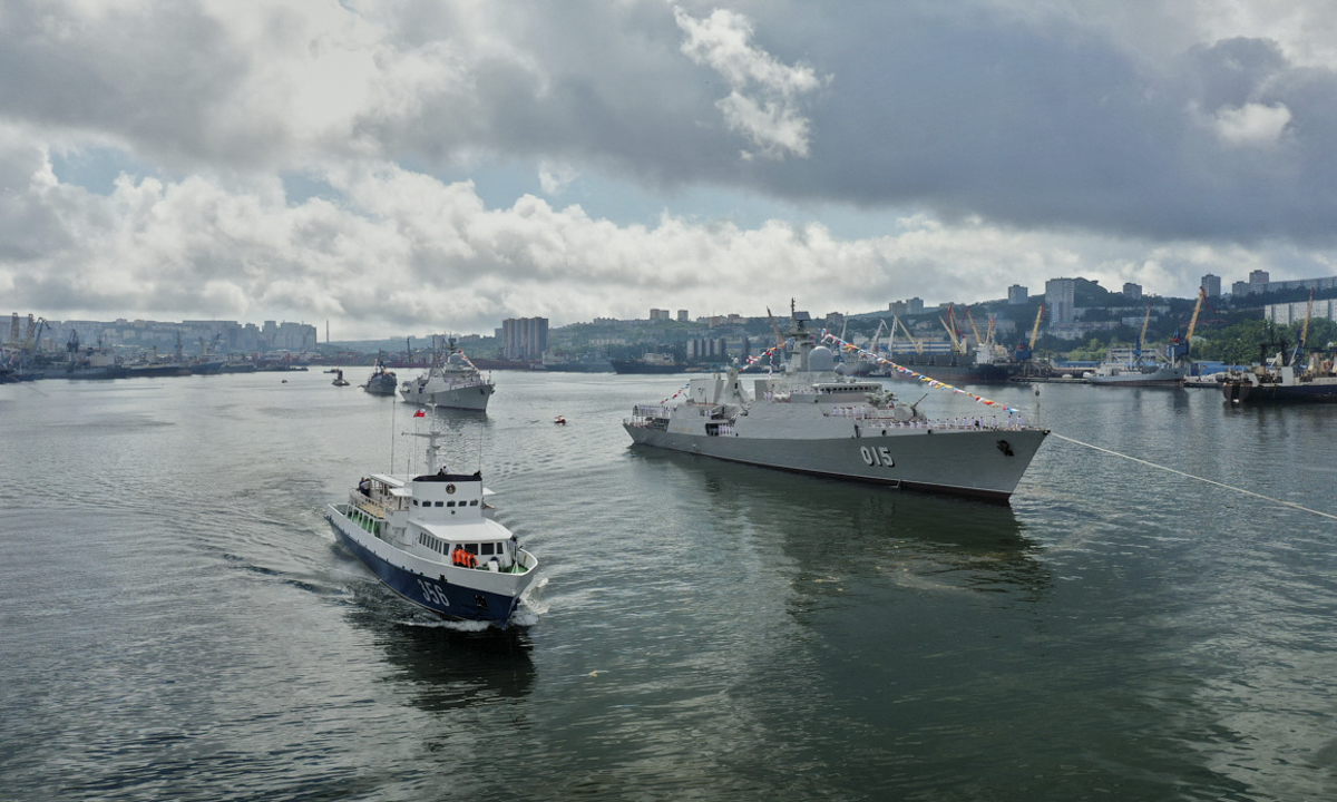 The Uragan command ship passes the 015 Tran Hung Dao frigate.