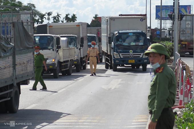 A Covid checkpoint near Hai Phong gateway. Photo by VnExpress/Giang Chinh.