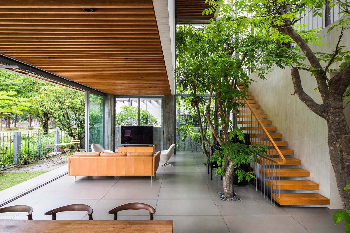 The void is opens diagonally upwards, allowing natural ventilation throughout the house.