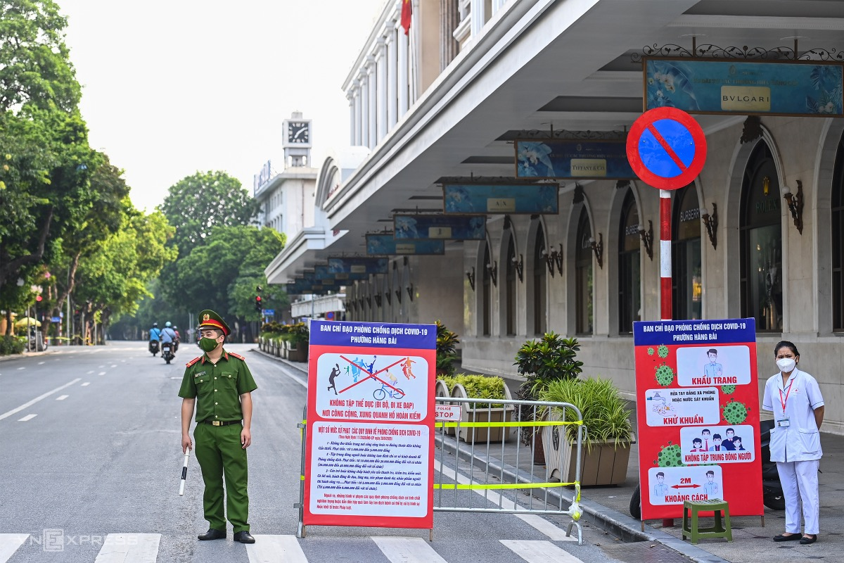 In downtown Hoan Kiem Districts Trang Tien Ward they have set up a checkpoint near Hoan Kiem Lake and signs to warn people not to leave home without a valid reason.