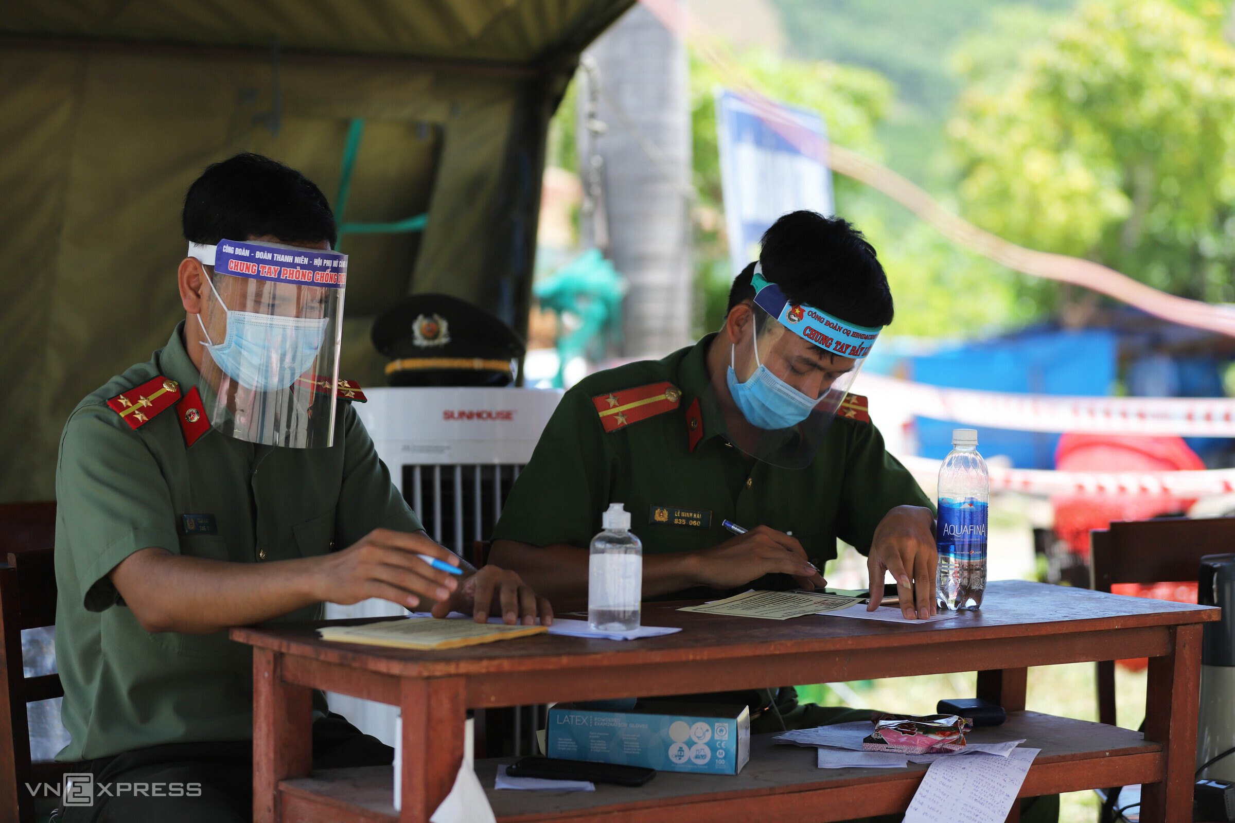 Restless, exhausted: People await centralized quarantine at Hue checkpoints