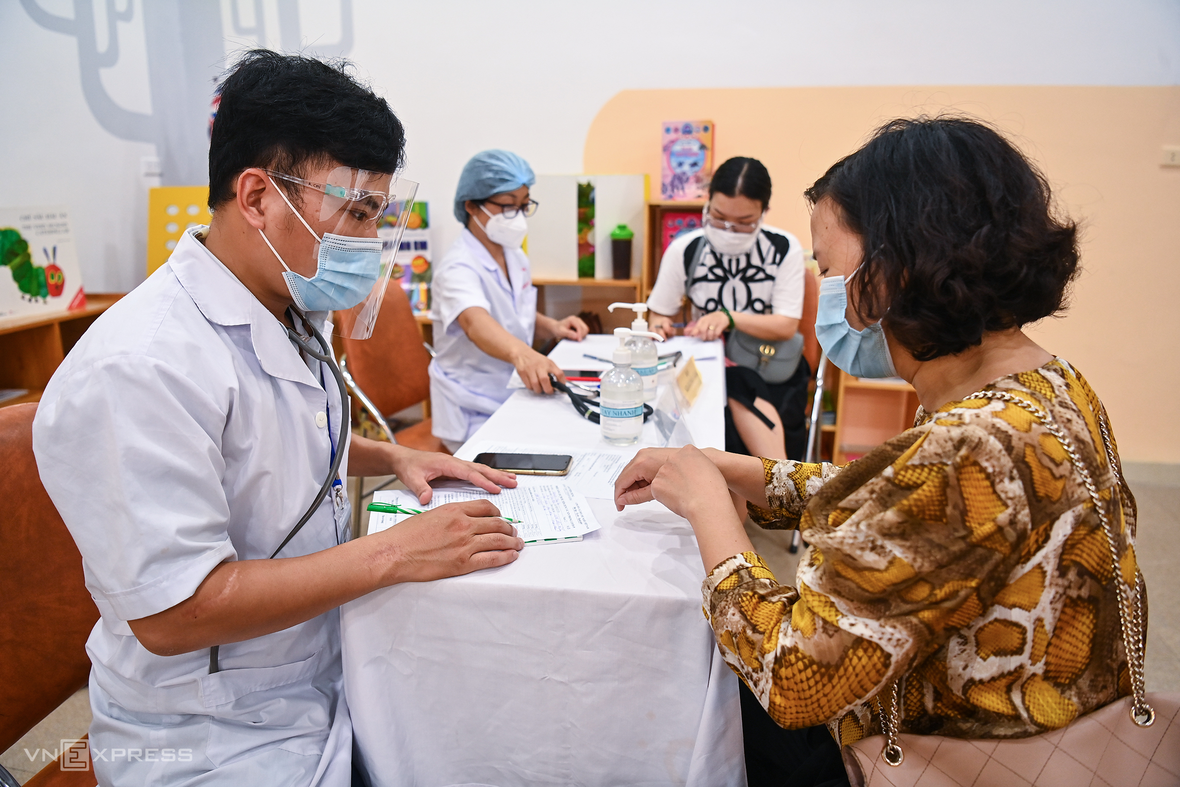Hanoi begins mass Covid-19 vaccination campaign