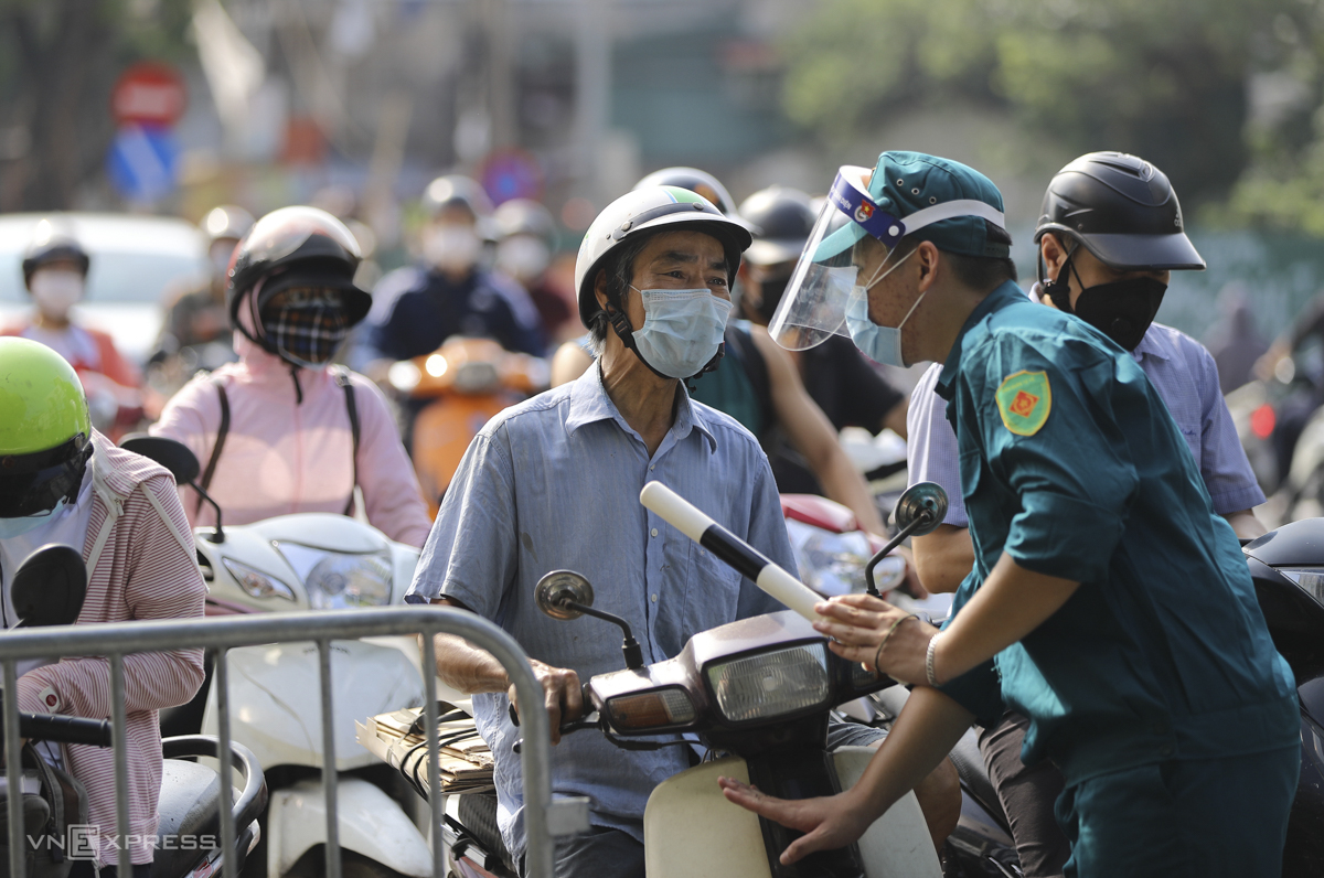 The checkpoint on De La Thanh Street in Giang Vo Ward of Ba Dinh District.