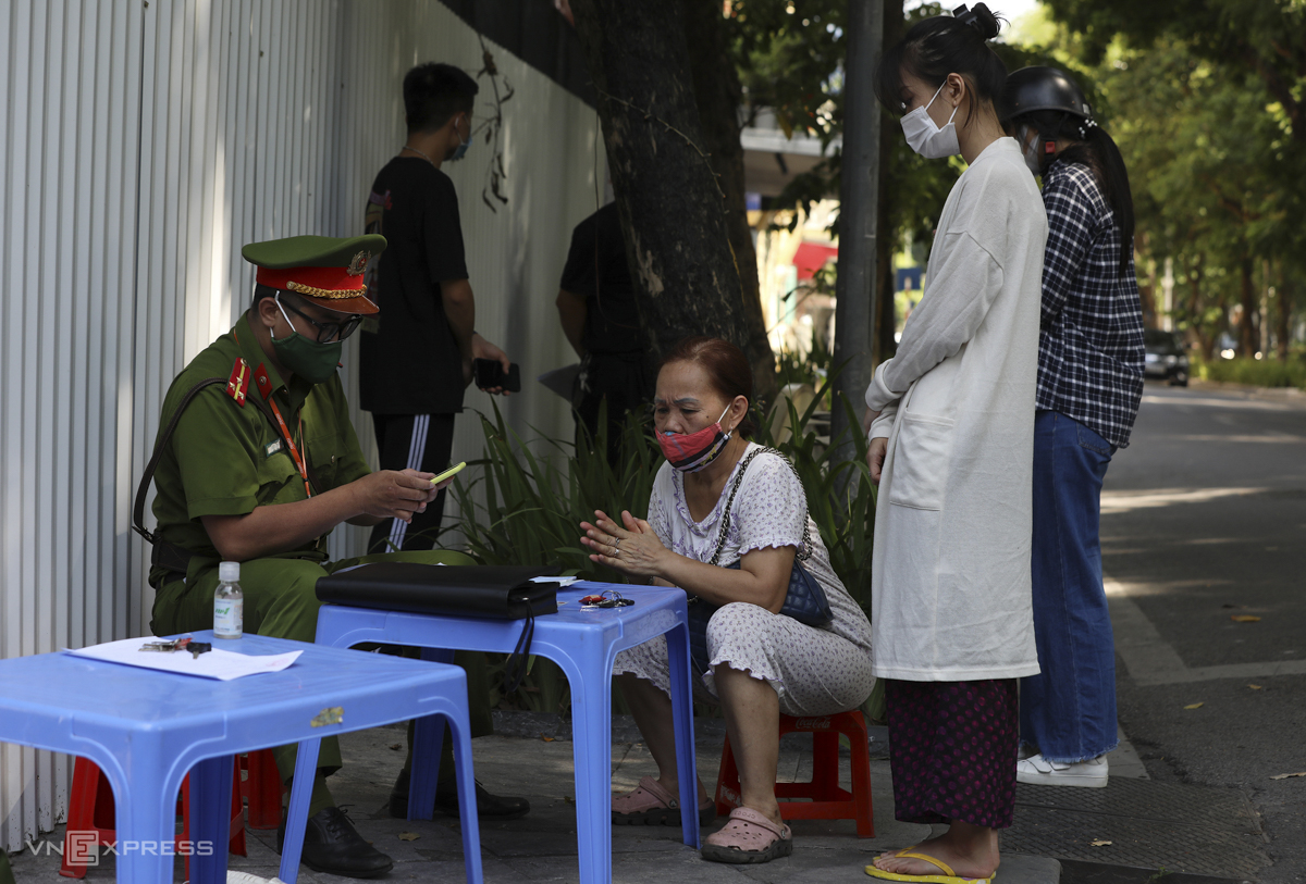 A police officer fines a social distancing violator. Since July 24, Hanoi has imposed total fine of VND3 billion (130,530) on invididuals and businesses that violated Directive 16.