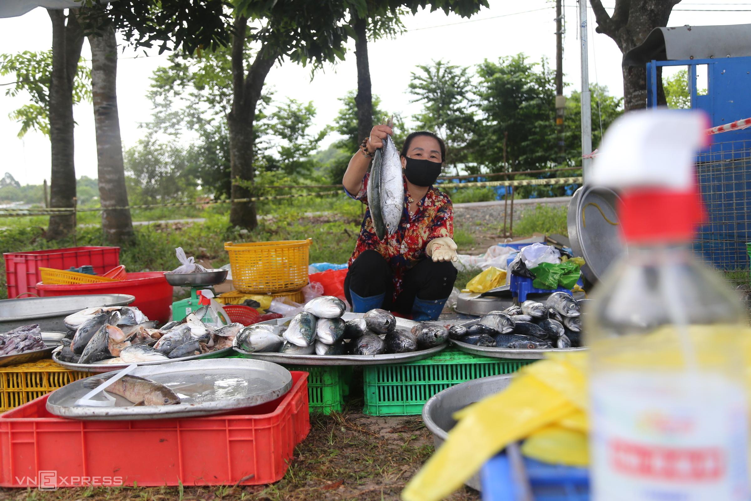 HCMC makeshift market a lifeline amid Covid-19 restrictions