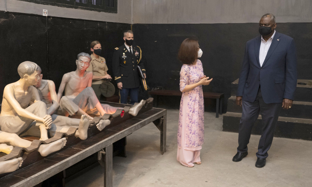 Bộ U.S. Secretary of Defense Lloyd Austin visits Hoa Lo Prison in Hanoi, July 28, 2021. Photo courtesy of the Defense Visual Information Distribution Service.