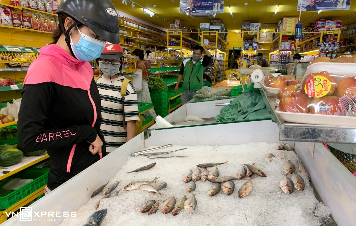 Shoppers at a Bach Hoa Xanh store in Thu Duc City, HCMC. Photo by VnExpress/Quynh Tran.