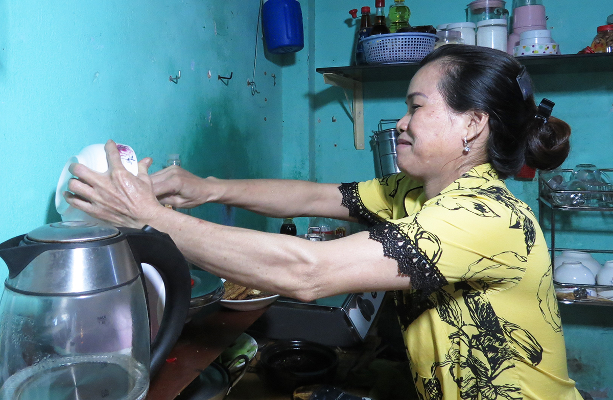 Kim Chi prepares dinner for her family at a rented apartment in Go Vap District, July 2021. Photo by VnExpress/Le Tuyet