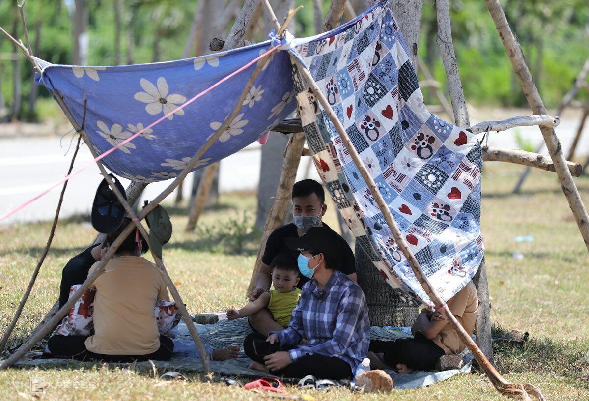 A family rests near Lang Co checkpoint in Thua Thien Hua.
