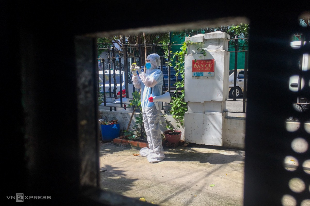 In another isolated neighborhood in District 8, a volunteer travels to each house to deliver goods, using a speaker to notify them.As of Saturday morning, HCMC has recorded 88,556 Covid cases in the current outbreak, with more than 3,600 quarantined or isolated areas.