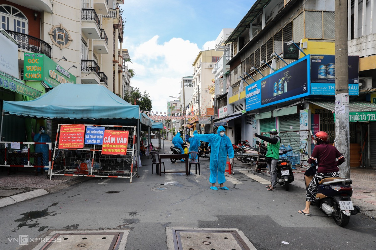 Since July 1, a neighborhood on District 3s Vuon Chuoi Street, home to nearly 3,000 people, has been isolated after many Covid-19 patients were found here.At a checkpoint in the corner of Dien Bien Phu and Vuon Chuoi streets, volunteers control people going in and out, and their delivered packages.
