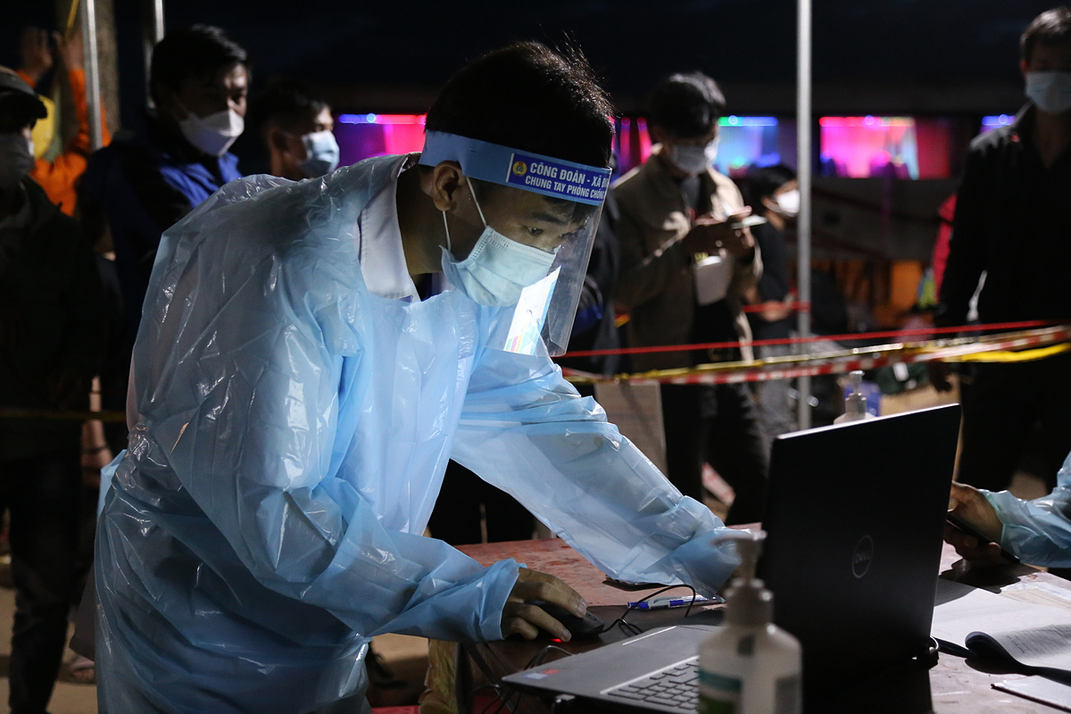 Without protective gear, a medical staff uses simple plastic gowns while recording information.In five days (July 27 to 31), Quang Tri traffic police escorted 4,400 motorbikes with 6,200 people from the check point to other provinces.
