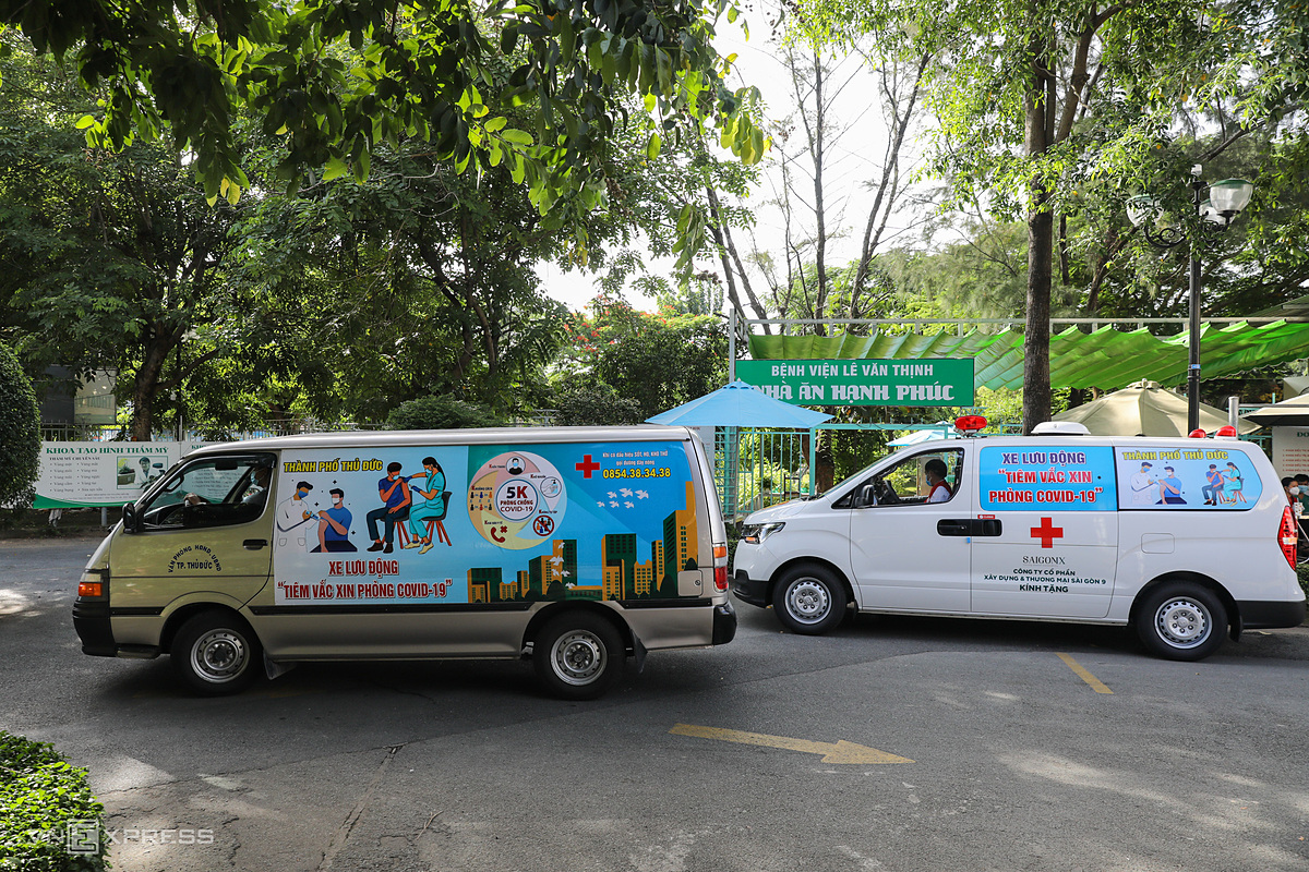 Two mobile vaccination vans are at the Le Van Thinh Hospital in Binh Trung Tay Ward in Thu Duc City. There are two teams with two vans each that are administering the vaccines. One van carries six to eight medical staff including doctors, nurses and drivers and the other is used for emergencies. Previously, medical staff would go to fixed points and residents would gather there to wait for injections. Now, mobile trucks will move to isolated areas or locked down neighborhoods to inoculate residents, said doctor Tran Van Khanh, director of the hospital, a member of the organizing committee of the mobile vaccination program.